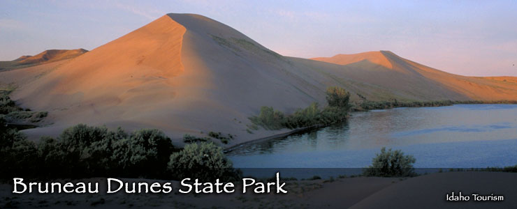 High sand dunes beside the lake at Bruneau Dunes State Park